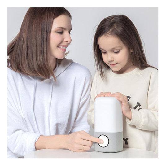 숙면등을 손으로잡고있는 아이와 엄마
