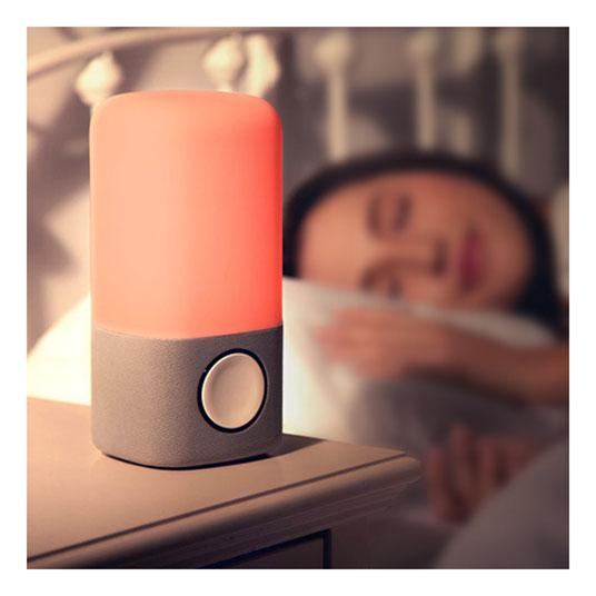 빨간불이 켜진 수면등 옆에서 잠든 여자 모습